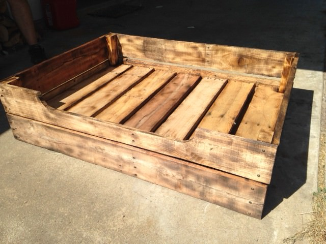 Build a pet pallet bed frame for your furry friend page for Diy dog beds out of pallets