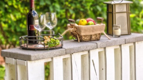 This outdoor bar is made of pallets and is so easy to for How to build a simple bar
